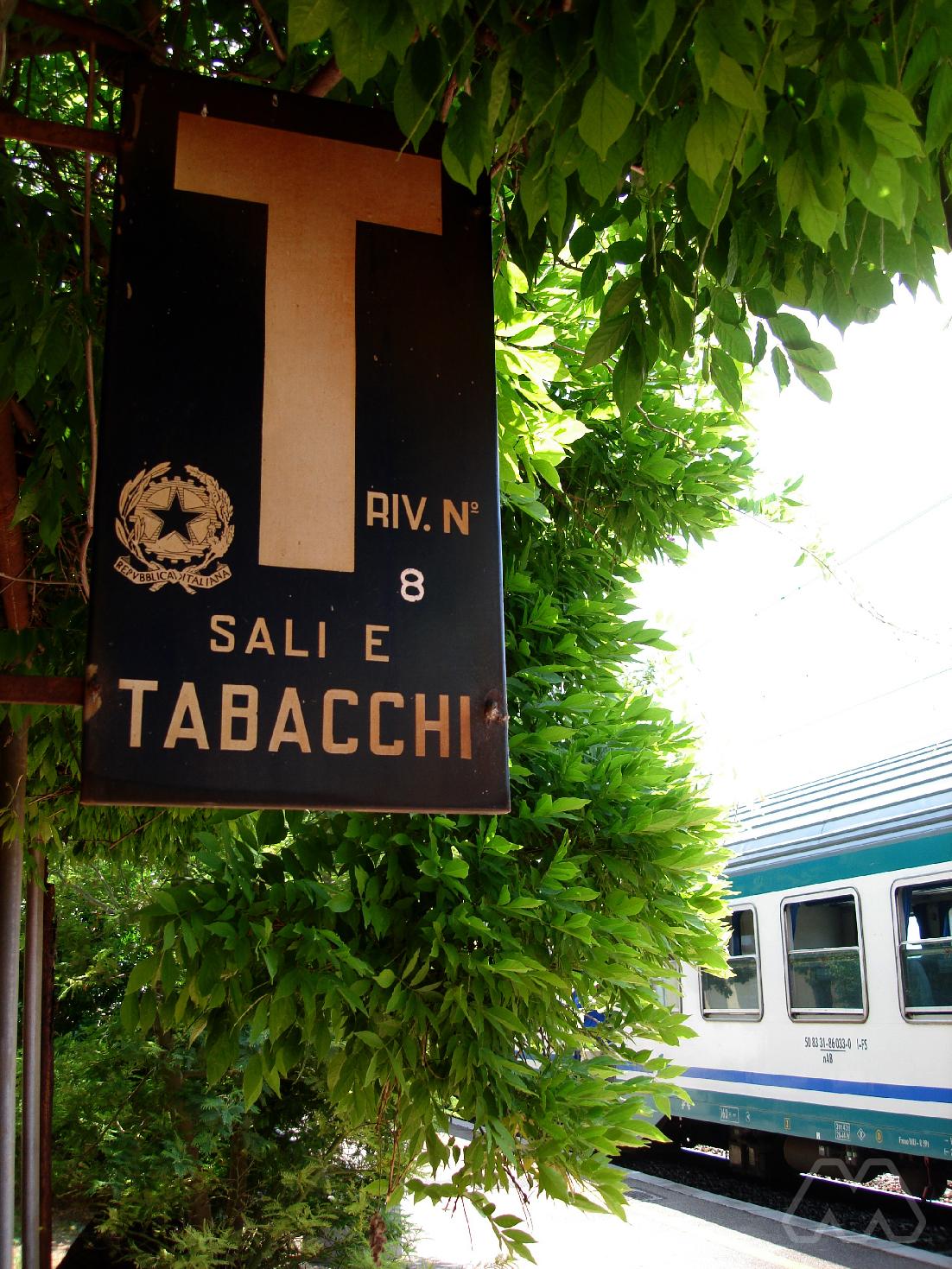 Insegna Sali e Tabacchi sulla linea Roma-Pisa