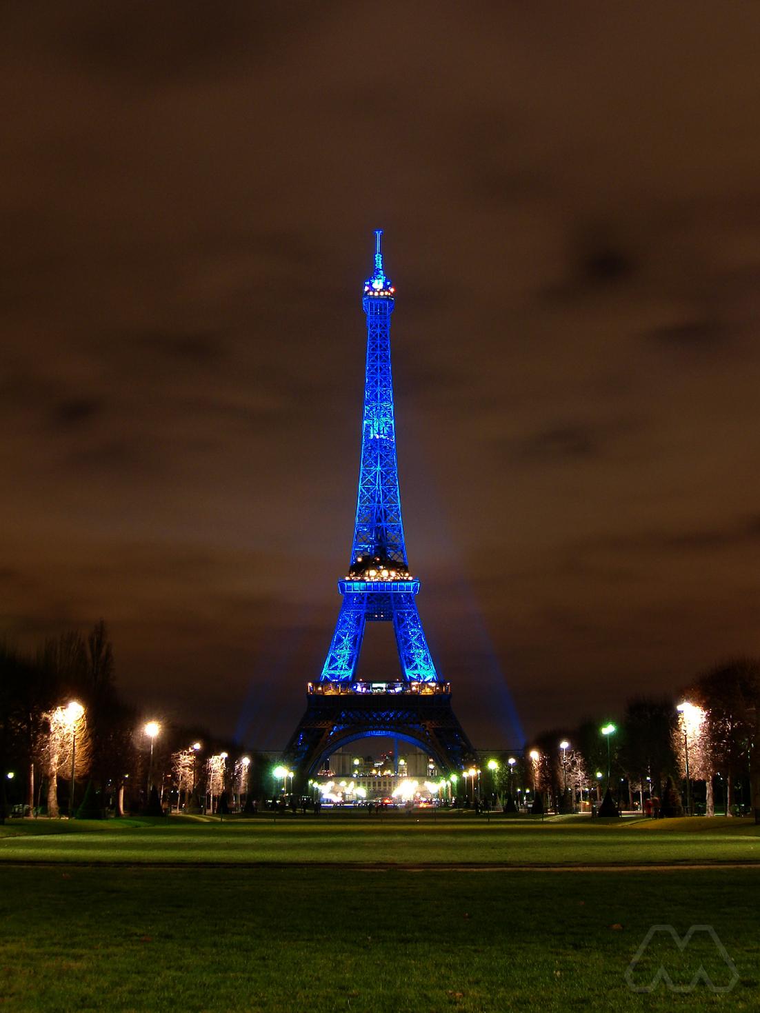 Torre Eiffel illuminata di blu